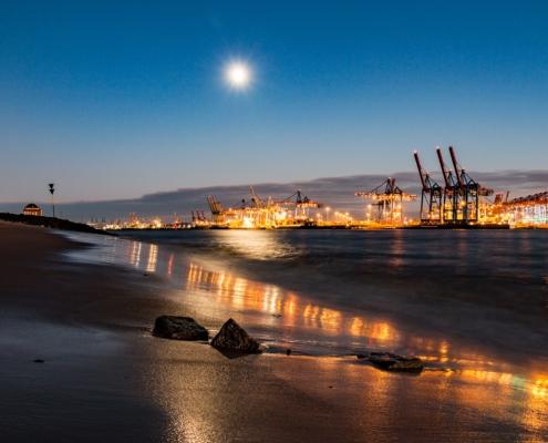 Elbstrand-am-Abend-mit-Mondlicht