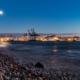 Elbstrand-und-Hafen-am-Abend